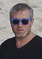 Пляжные каникулы Абрамовича: олигарх загорает в компании Познера и дочки Ельцина
