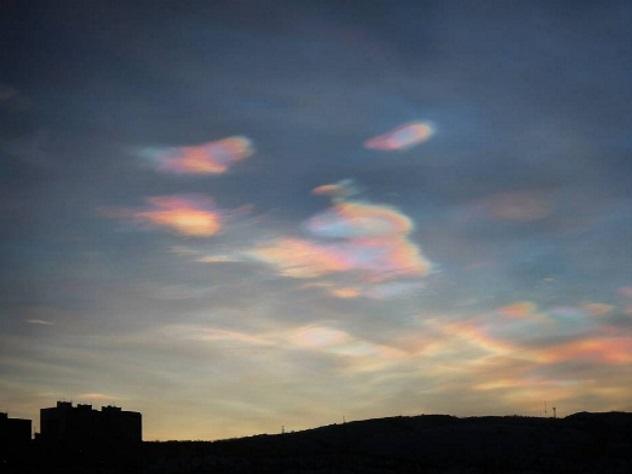 Перламутровые облака украсили небо над Мурманском
