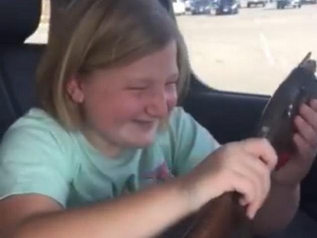 Девочка расплакалась отрадости, получив надень рождения ружье