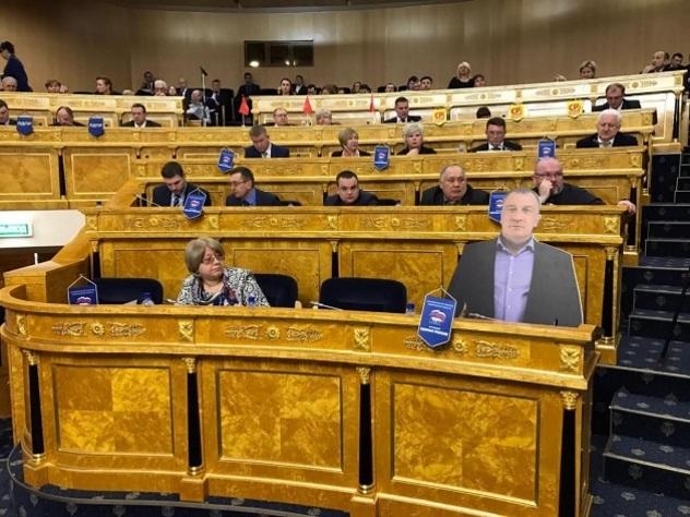 ВЛенобласти депутат отправил на совещание Заксобрания свою копию