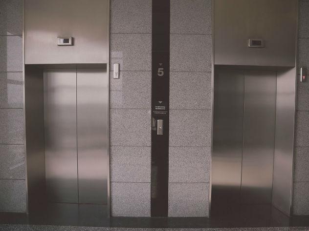 Зарезанную женщину отыскали влифте дома в столице России