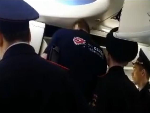 Русского волейболиста сняли с рейса зато, что онпересел