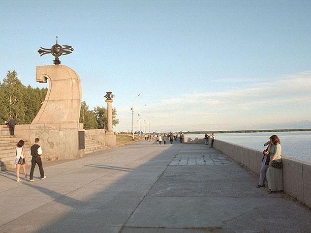 Асфальт на набережной в Архангельске застелили паркетом