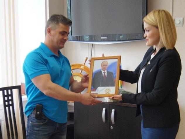 Путин подарил экс-десантнику изНовороссийска собственный портрет савтографом