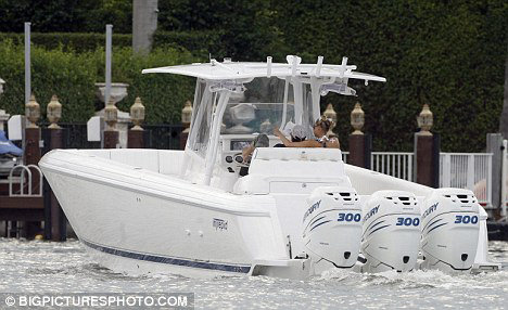 Парочка отдыхала в Майами на борту своей яхты. Фото: Daily Mail