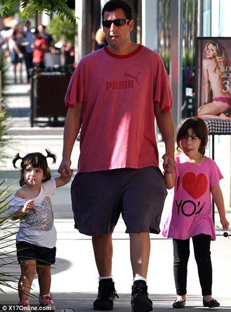 СЭНДЛЕР с дочерьми Сани (слева) и Сэди (справа)