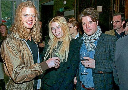 Анечка отдает предпочтение парням постарше, но и молодёжи даёт шанс (на вечеринке в лондонском «JW Steakhouse»)