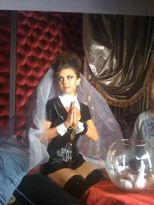 ... И молится в облачении сексуальной монахини.