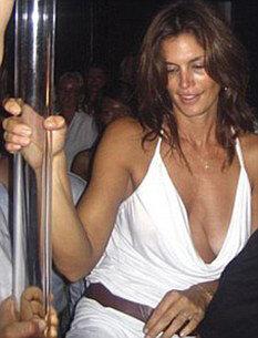 Синди Кроуфорд у шеста в ночном клубе Сен-Тропе. Фото: Daily Mail