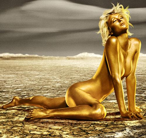 В свое время Пэрис ХИЛТОН тоже снялась обнаженной и в золоте...