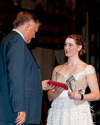 На премьере фильма «Край» президент РЖД Владимир ЯКУНИН вручил девушке памятный знак, посвященный 185-летию железнодорожного движения