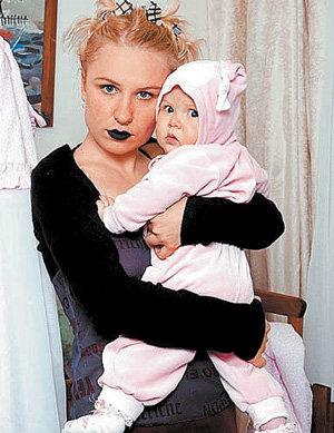 Своей дочке Октавии в первый день рождения ГЕРМАНИКА сделала пирсинг, причём дырки в ушах проткнули настоящей иглой, «чтобы ребёнок познал боль»