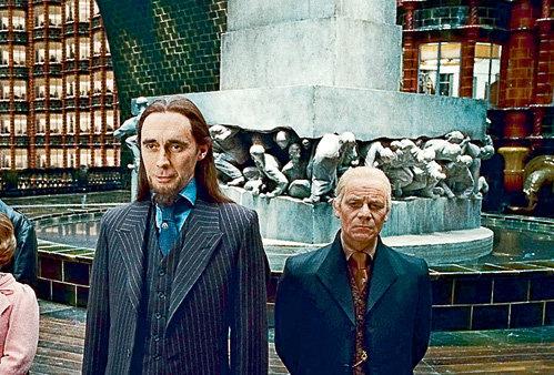 Как признается художник-постановщик картины, монумент в министерстве магии он создавал под влиянием оформления станции Московского метрополитена «Площадь революции»