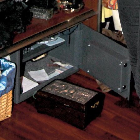В сейфе хранятся не девичьи секреты, а серьги, кольца и ценные бумаги
