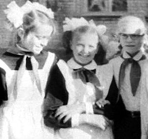 Света РУДЕНКО (справа) в школьные годы была с Евгением неразлучна, а замуж вышла за другого