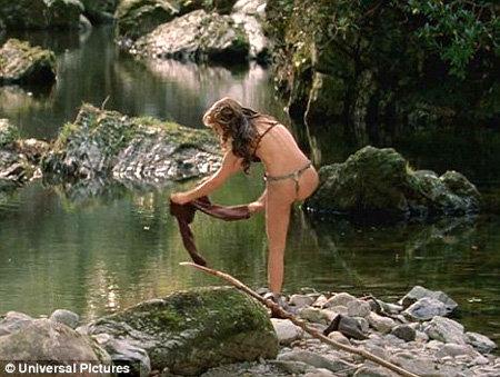 В новом фильме Ваше высочество Натали раздевается до бикини - фото Daily Mail