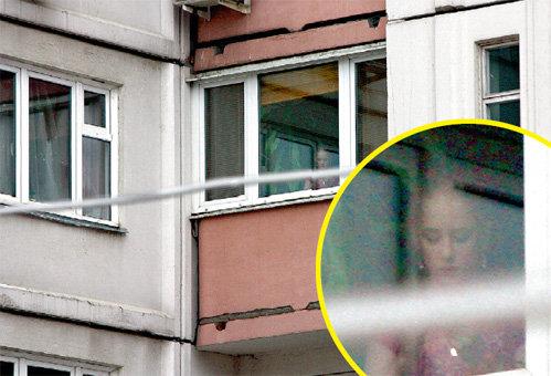 В четырёхкомнатной квартире в центре Москвы Светлана живёт с мамой и детьми, которые ей помогают по хозяйству. На снимке - Оля поливает цветы