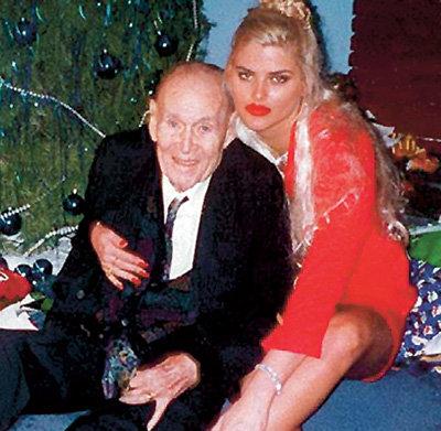 Модель и актриса Анна-Николь СМИТ вышла за 89-летнего миллиардера Джеймса МАРШАЛЛА, а после его смерти через год после свадьбы начала войну с родней мужа за наследство