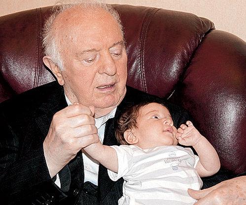 Бывший президент Грузии Эдуард ШЕВАРДНАДЗЕ на пенсии с удовольствием нянчит правнука-тезку
