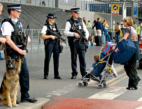 На подходах к лондонскому аэропорту Хитроу пассажиров встречают вооруженные полицейские и собаки, натасканные на поиск взрывчатки