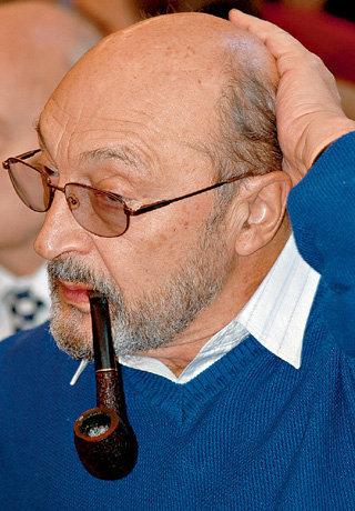 Михаил Михайлович много лет курит, что, возможно, спровоцировало тяжёлую болезнь