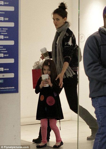 В отличие от своей дочери-картинки Кэти ХОЛМС выглядит серой и измождённой