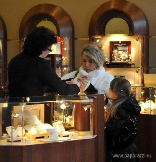 Елена ВОРОБЕЙ в ювелирном магазине выбирает обручальные кольца