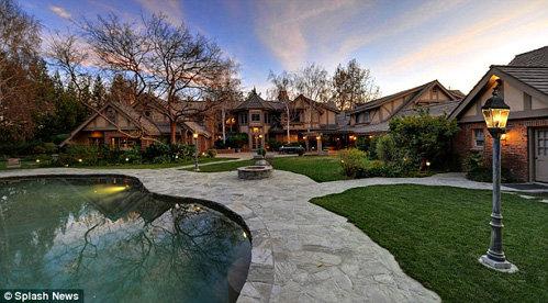 В поместье имеются частный сад и бассейн