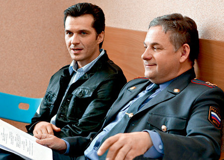 Фёдор Туманов (Олег ХАРИТОНОВ) будет называть коллег «господами полицейскими» (на фото с Юрием БРЕШИНЫМ)