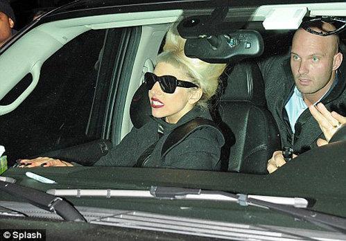 Леди ГАГА высунулась из машины, чтобы устроить импровизированную автограф-сессию для поклонников