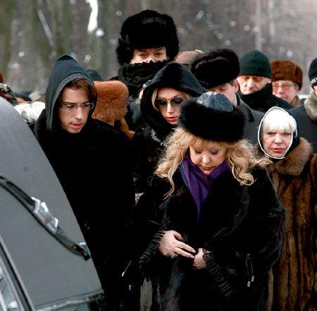 Певица едва сдерживала слёзы (слева - Максим ГАЛКИН, сзади - Филипп КИРКОРОВ)