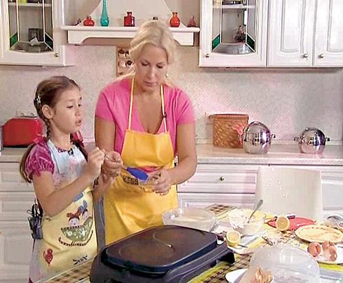 Диночка НЕМЦОВА на лету усваивает кулинарные уроки мамы Кати