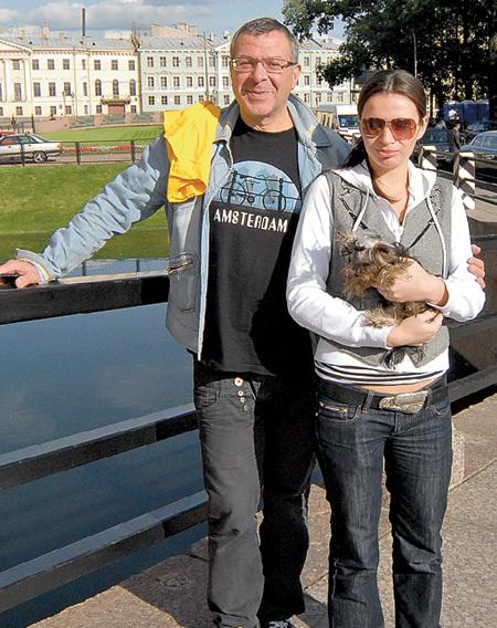 Лена, нынешняя супруга Андрея, годится ему в дочки