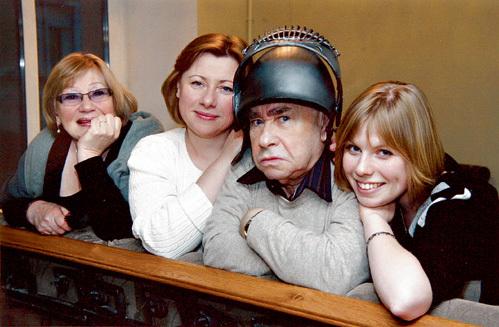 Михаил Семёнович любит пошалить. С женой Брониславой Константиновной, дочерью Светланой и старшей внучкой Аней