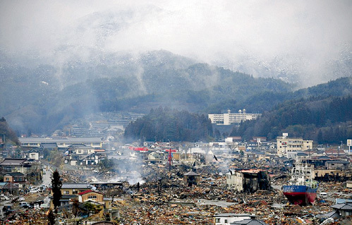 Японское побережье превратилось в настоящую свалку, и, по мнению ряда экспертов, экономика страны больше никогда не достигнет прежнего уровня