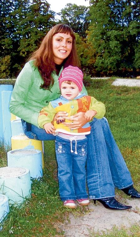 Чтобы содержать дочь, Нелли после смерти Александра устроилась PR-директором в ночной клуб (на фото с дочерью Женей)