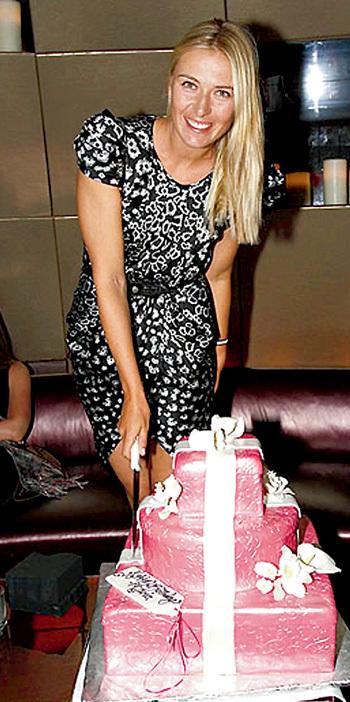 Маша не смогла удержаться и съела кусочек праздничного торта