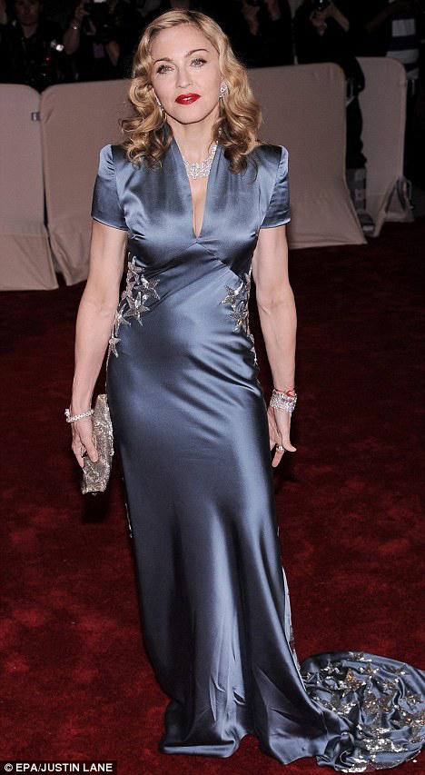 Для Бала Института костюма МАДОННА выбрала роскошное голубое платье из шёлка.