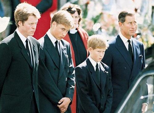Граф Спенсер (брат леди Ди), принц Уильям, принц Гарри и их отец принц Чарльз на похоронах принцессы Дианы в 1997 году. Фото: Daily Mail