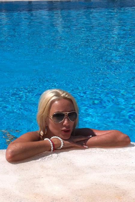 ...купаясь в бассейне при отеле