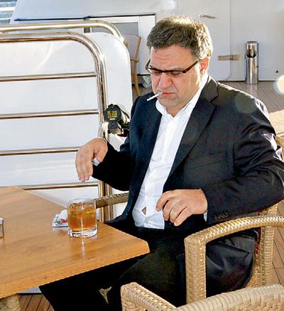 Гендиректор компании «АМЕДИА» Александр АКОПОВ за бокалом и сигаретой замышлял новый сериал