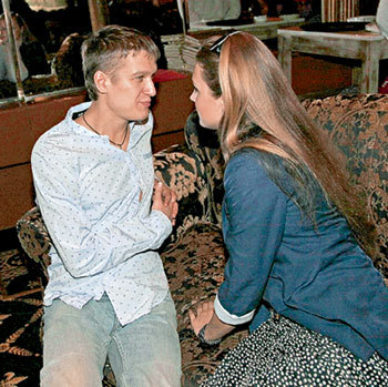 Анатолий не может наглядеться на свою прекрасную Елену