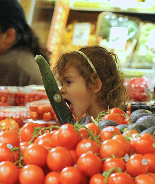 Голливудской актрисе Джесике АЛЬБЕ не стоит позволять дочке облизывать в магазине все подряд: а вдруг