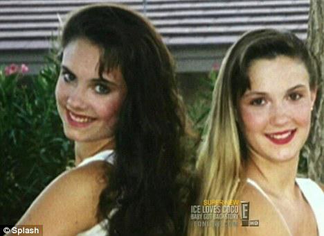 Николь (слева) со своей сестрой.