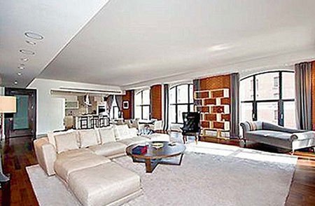 Гостиная - самая большая комната в квартире ТИМБЕРЛЕЙКА, выставленной на продажу