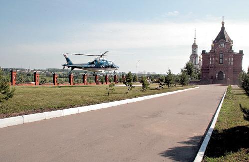 Личный вертолёт депутата приземляется в нескольких метрах от храма