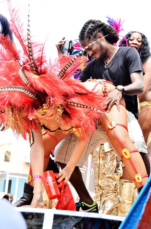 РИАННА и Негус СИЛИ устроили неприличные танцы на карнавале