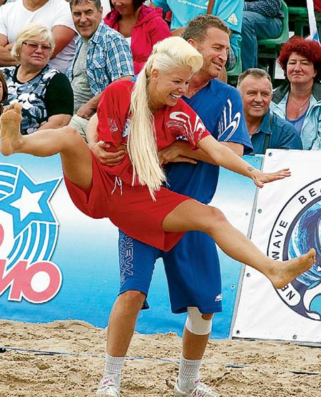 ...отправляя мужа играть в футбол, не предполагала, что Леонид АГУТИН будет упражняться с мячиками латышки Candy