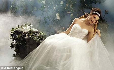 Дизайнер Алфред Анджело прославился тем, что скопировал свадебное платье Кейт МИДДЛТОН и наряды диснеевских принцесс