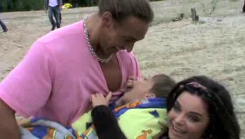 Тарзан попытался покормить своей грудью сына Архипа, закутанного в одеяло словно младенец